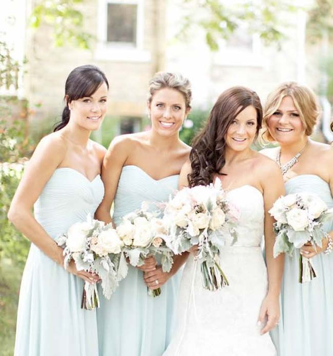 Bruidsmeisjes in licht-roze en licht-blauw