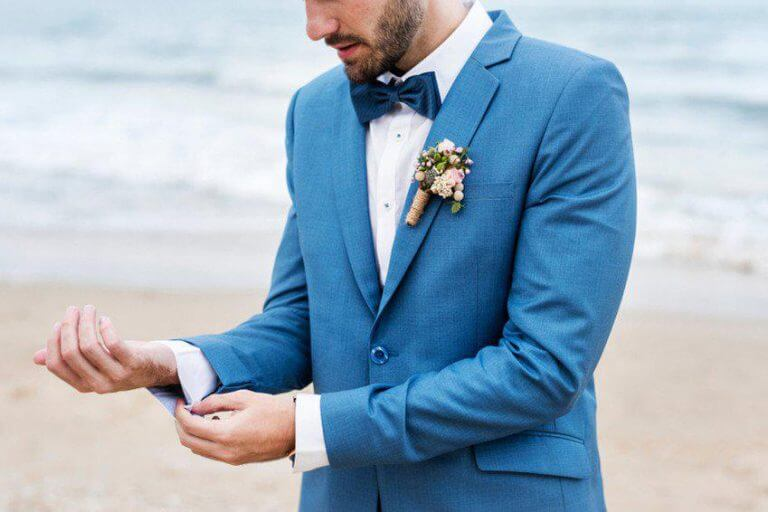 Een vlinderdas en pochet combineren voor de bruidegom