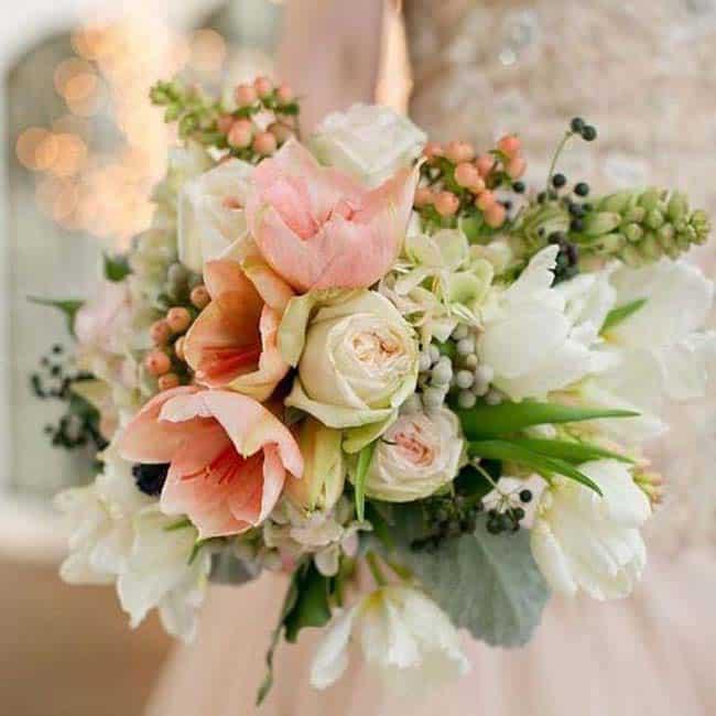 Bruidsboeket met zalm kleur tulpen