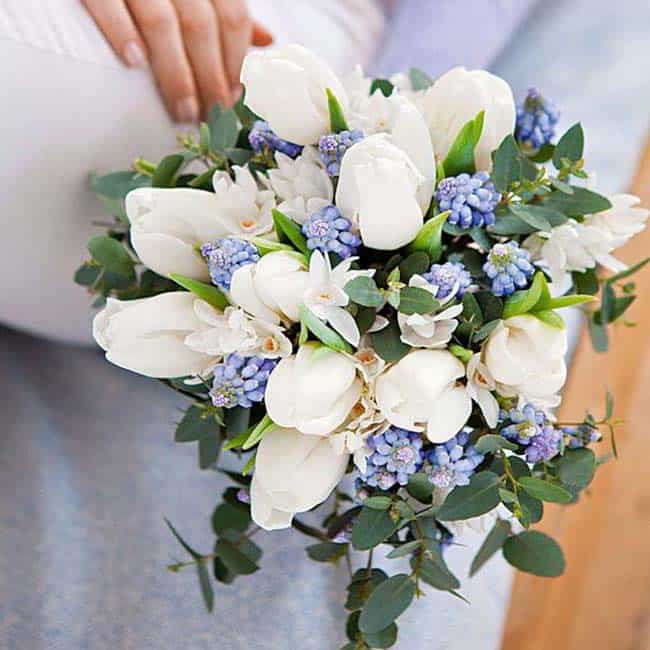 bruidsboeket witte tulpen blauwe druifjes