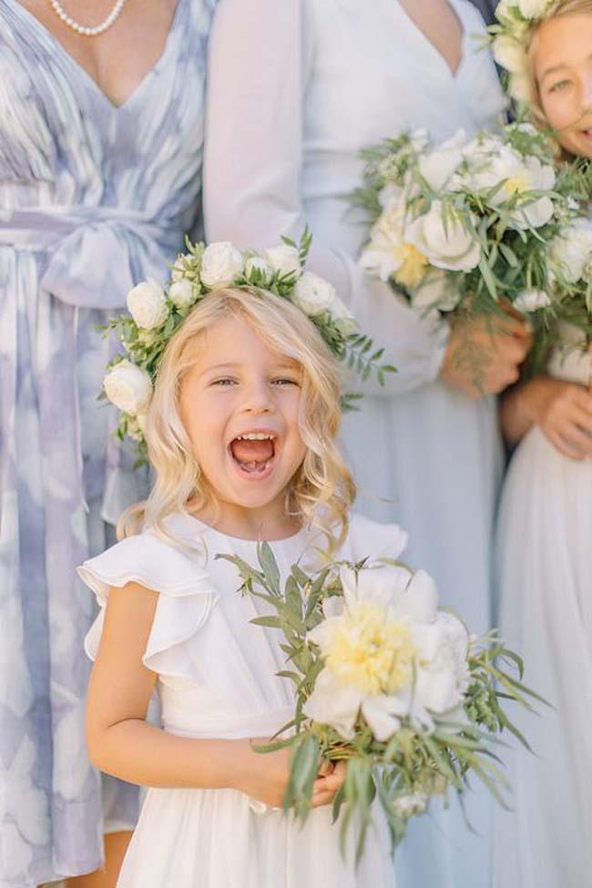 Klassiek huwelijk bruidsmeisjes met bloemenkroon